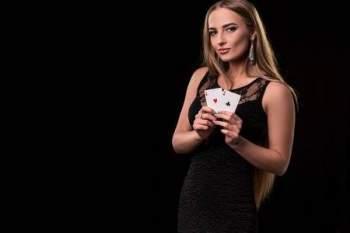 Nainen pitelemässä kortteja